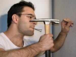 bricolage-marteau-communication-voisin